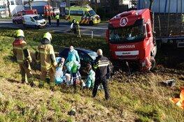 Zware crash tussen vrachtwagen en auto op N242