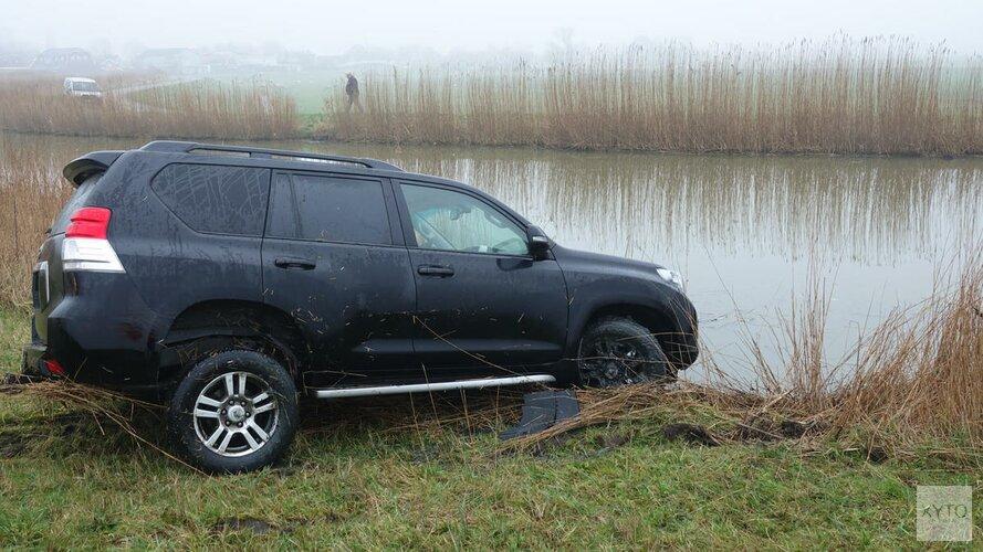 Auto rijdt te water bij Ursem