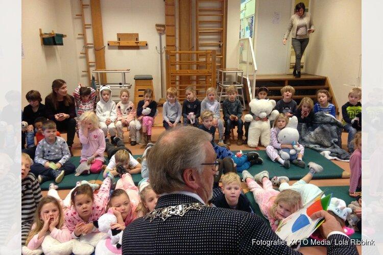Hoog bezoek op De Kennemerpoort tijdens de voorleesochtend