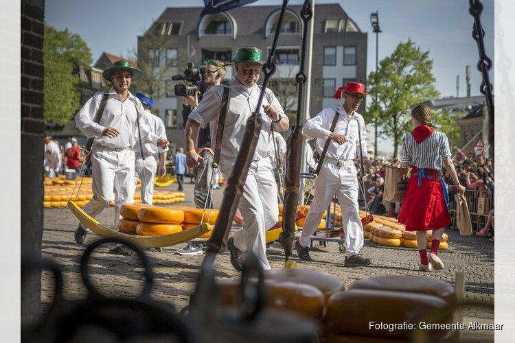Zakenvrouw 2017 Elske Doets opent Alkmaarse kaasmarkt